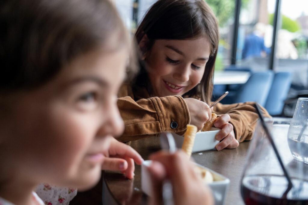 Jente og gutt spiser is. Foto