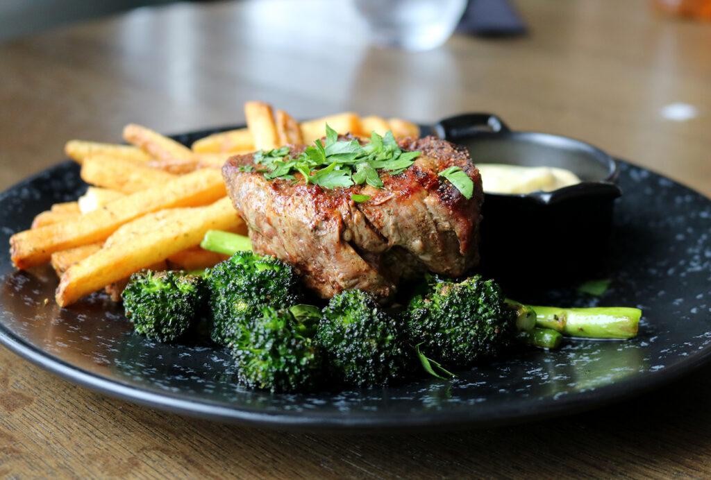 indrefilet med pommes frites og brokkoli