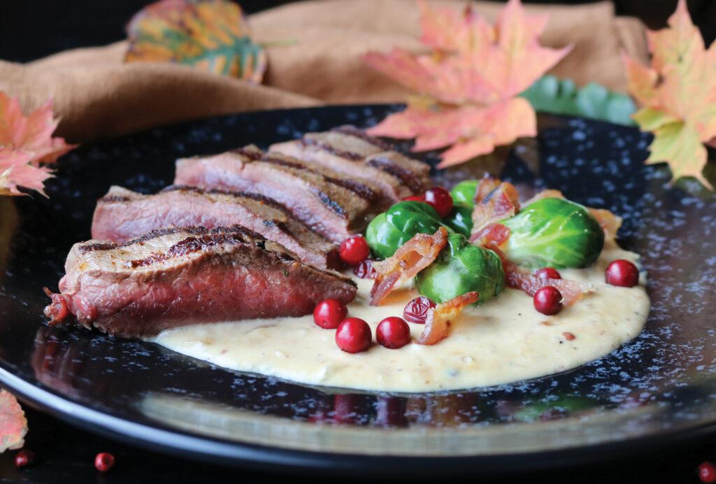 hjortefilet med rosenkål, tyttebær, bacon, fløtesaus